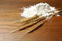 小麦の穂と小麦粉