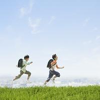 草原を走る日本人の小学生