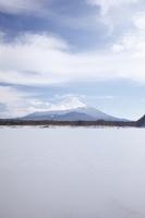 山梨県 他手合浜から望む精進湖と富士山