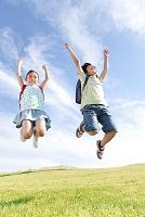 ジャンプをする日本人の小学生