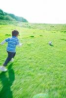 サッカーボールで遊ぶ男の子
