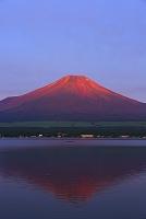 山梨県 夜明けの赤富士と山中湖の逆さ富士