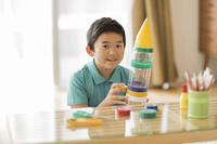 ペットボトルでロケットを作る日本人の男の子
