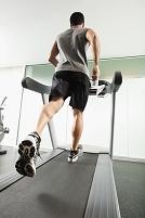 トレッドミルで走っている外国人男性