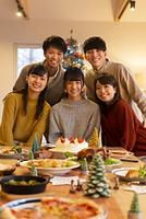 クリスマスパーティーで微笑む若者たち