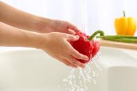 キッチンで野菜を洗う