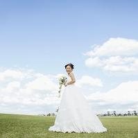 草原でブーケを持つ花嫁