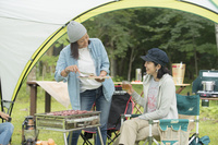 バーベキューを楽しむ日本人女性