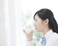 牛乳を飲む女子高生の横顔