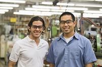 織物工場で働く笑顔の男性