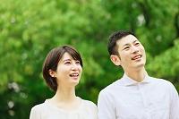 新緑と笑顔の日本人夫婦