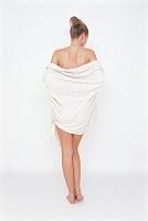 バスタオルを巻く女性 後姿