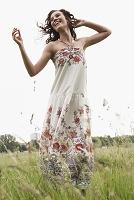 草原でダンスする外国人女性