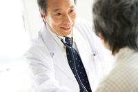 患者の回診をする医師