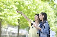 タブレットを持って歩く日本人女性