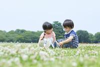 公園で遊ぶ男の子と日本人の女の子