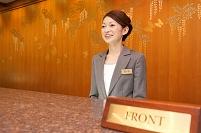 フロントに立つ女性従業員