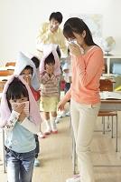 避難訓練をする小学生と先生