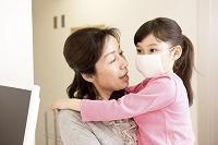 診察に来た日本人親子(マスクの子供)が受付をする。