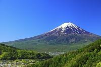 山梨県 御坂みち 富士見橋から見る残雪の富士山と新緑の山並み