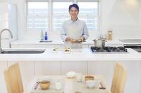 朝食を作る中年男性