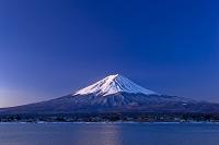 山梨県 富士山と河口湖の夜明け