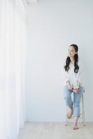 マグカップを持つ日本人女性