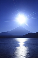 山梨県 富士山と朝日に輝く本栖湖