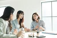 化粧品を試す20代日本人女性