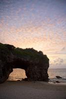 沖縄県 夕景の砂山ビーチの風景