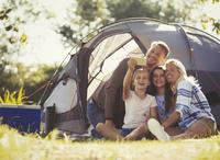テントの前で写真を撮る外国人家族