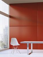 赤い壁前のイスとテーブル