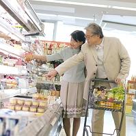 スーパーで買い物をするシニア夫婦