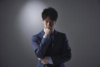 考え事をする日本人ビジネスマン