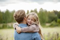 父親を抱きしめる女の子