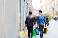 買い物をする外国人男性