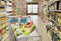スーパーの商品とカート
