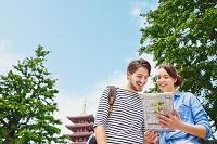 浅草寺を観光する外国人