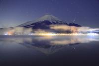 山梨県 山中湖村 夜の富士山と山中湖と流星