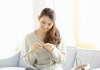 編み物をする若い日本人女性