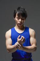 手首を触る日本人男性選手