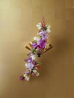 金色のステージに置かれた蘭の造形