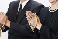 葬儀で手を合わせる人