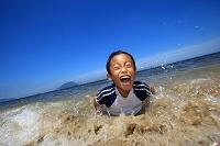 海辺で遊ぶ日本人の子供