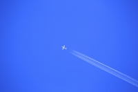 飛行機雲と青空
