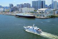 東京都 東京港を進む船