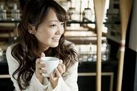 カフェでリラックスする女子大生