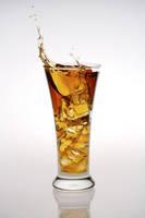 グラスからこぼれるアイスティー
