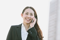 電話を掛ける日本人女性