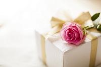 ベッドに置かれたプレゼントとバラの花